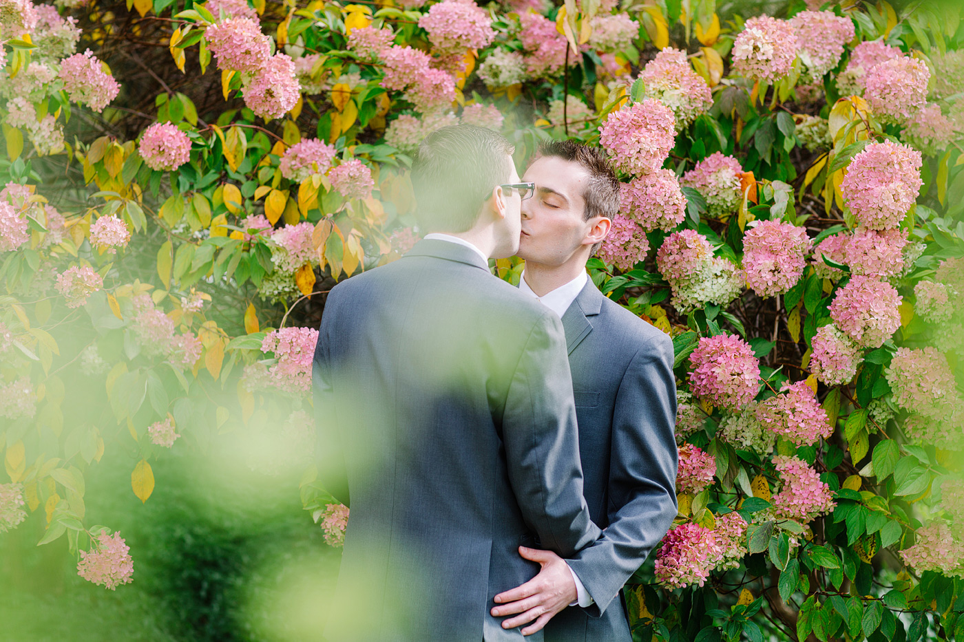 grooms kissing at wadsworth mansion